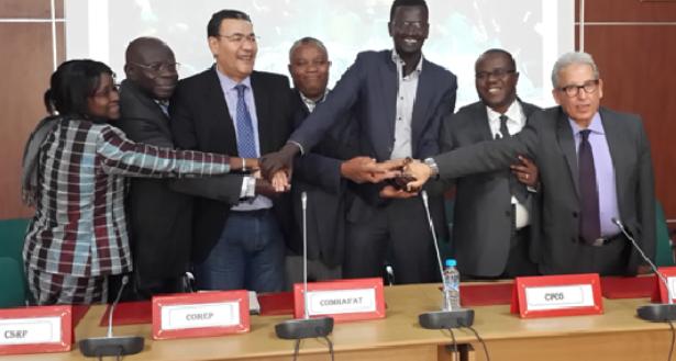 Echanges de copies et Poignée de mains lors de la rencontre de coordination et de concertation entre les Institutions et Organisations Régionales de Pêche de la zone de la COMHAFAT