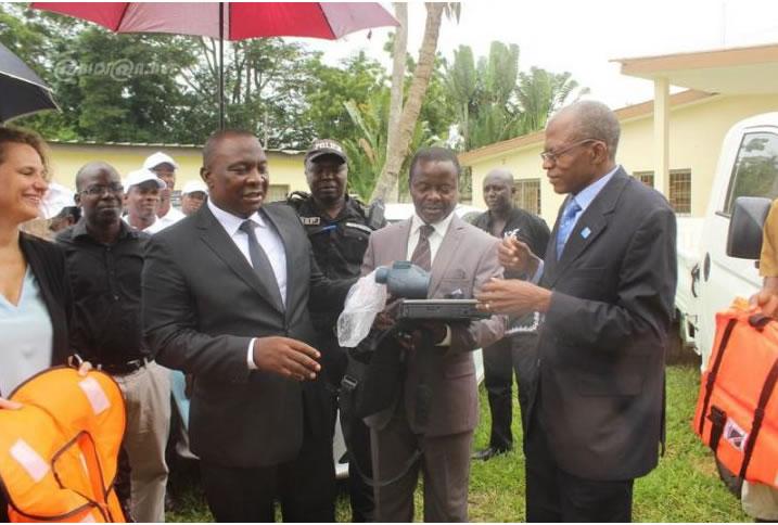 Le ministre des ressources animales et halieutiques, Adjoumani Kouassi a procédé à la remise d`équipements au profit du bureau des inspecteurs du port de pêche d'Abidjan, en présence de la représentante de l'union européenne.