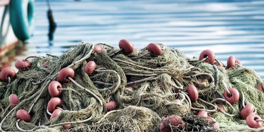 Un tas de filets de pêche devant la mer