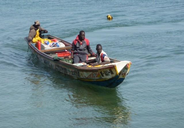 Une pirogue avec à sa bord, des pêcheurs