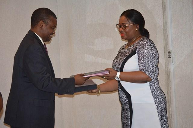 Echange de documents entre Helter Mutela et Estelle Ondo après la signature du TCP, le 9 février 2017 à Libreville. © Gabonreview