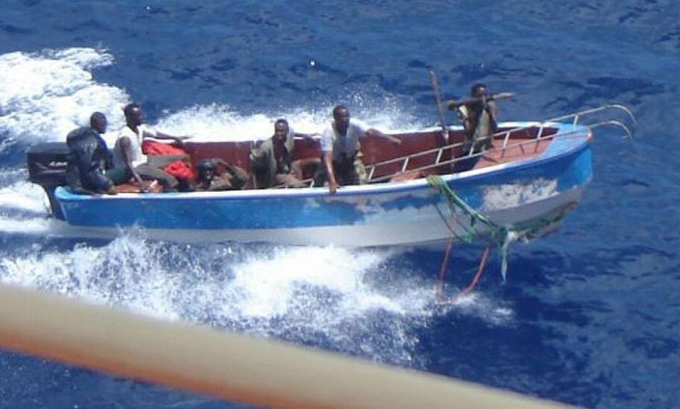 En Afrique de l'Ouest, la pêche illicite épuise les ressources halieutiques et détériore les fonds marins (photo: golfe de Guinée, acte de brigandage en haute mer).