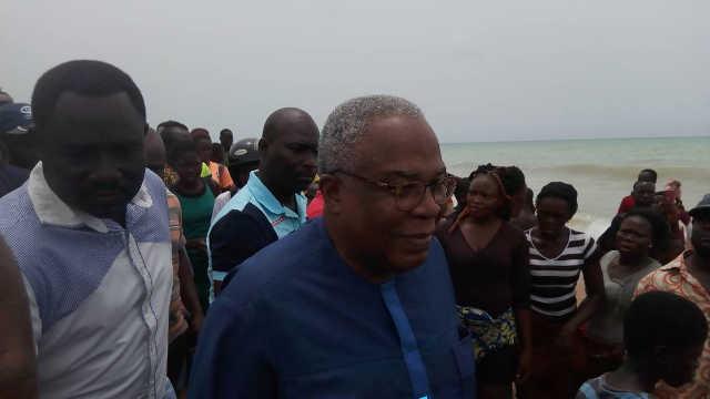 Ministre Andre johnson - baleine morte échouée sur la plage d'Aného