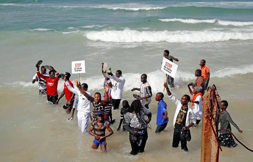 Photo: Philippe Wojazer Agence France-Presse Des pêcheurs sénégalais ont profité en février de la visite du président français, Emmanuel Macron, dans leur pays pour attirer l'attention sur leur sort.