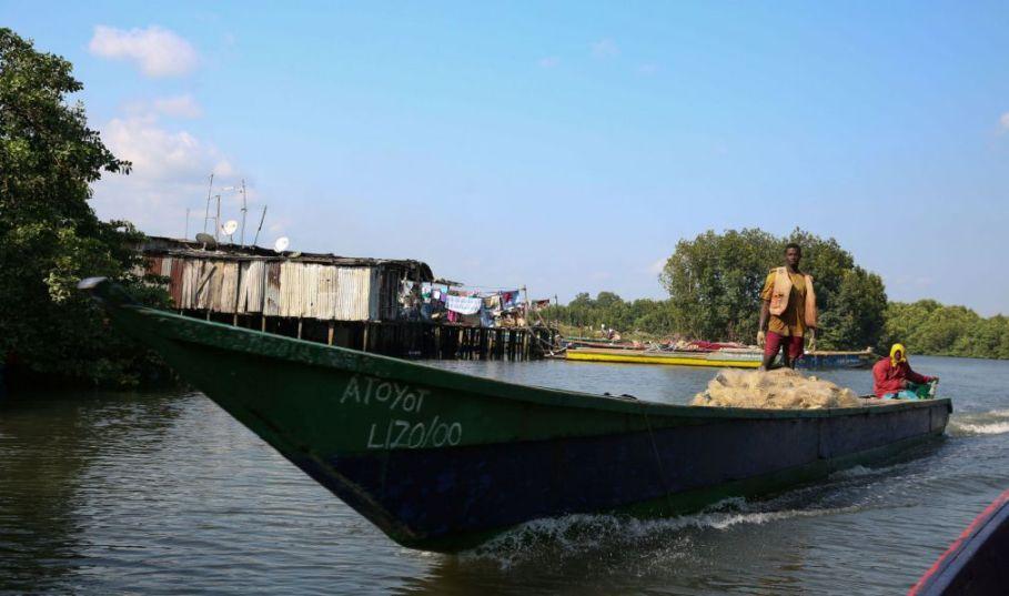 Gabon Pecheurs en pirogue - Steve Jordan/AFP