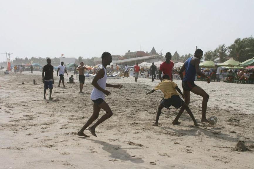 Beach restaurants (in the background) serving tilapia, near Accra, Ghaana