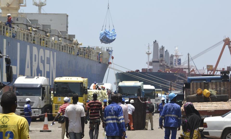 Des camions chargés de riz sont garés à un quai d'expédition du port autonome de Conakry, le 13 avril 2016. © AFP/CELLOU BINANI