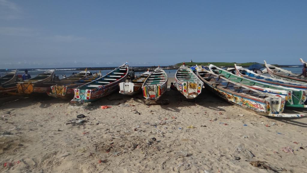 Des pirogues de pêche alignées sur la plage de Yoff à Dakar. © RFI/Ndiassé SAMBE
