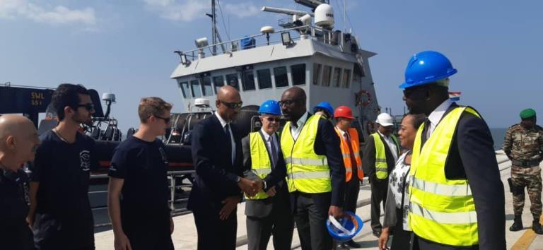 Gabon - Le ministre de la pêche Biendi Maganga Moussavou saluant l'équipe du navire Bob Barker le 30 juillet au port d'Owendo © Gabonactu.com