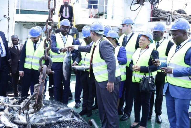 Gabon - Le ministre la pêche Biendi Maganga Moussavou appréciant la qualité des poissons débarqués au port d'Owendo lors de la 1ère opération en juillet 2019 © D.R