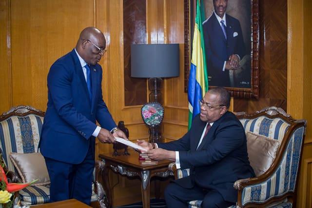 De gauche à droite, Siméon Oyono Esono Angue remettant le message à Julien Nkoghe Bekale pour Ali Bongo. © Primature-Gabon