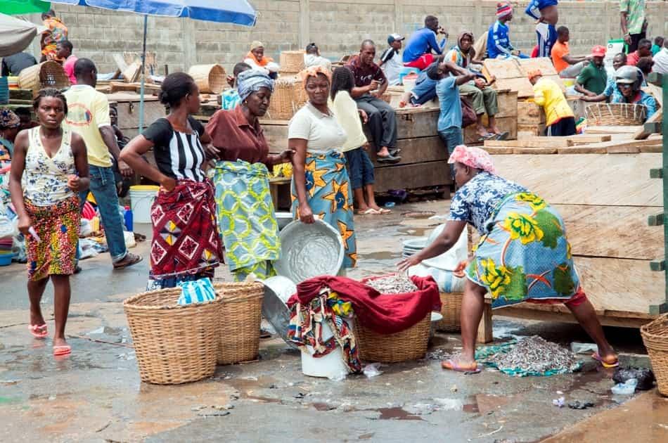 Femme active au port de pêche de Lomé, Togo.