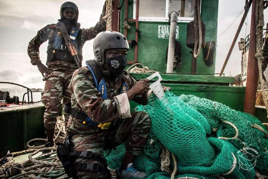 Des gardes côtes béninois lors de l'opération. @Sea Shepherd/Tara Lambourne