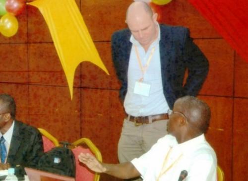14 - duncan copeland expert tmt debout au milieu et william boer directeur des peches liberia